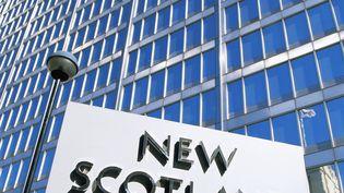"""L'enseigne du quartier général de la """"Metropolitan Police"""", le New Scotland Yard, à Londres (Royaume-Uni). (EURASIA PRESS / PHOTONONSTOP / AFP)"""
