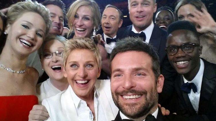 En 2014, la présentatrice Ellen DeGeneres fait passer un coup marketing de Samsung pour un simple selfie. Pris pendant la cérémonie des Oscars, il fera le tour de la planète. (ELLEN DEGENERES)