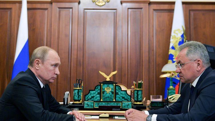 Le president russe Vladimir Poutine s'entretient avec le ministre de la Défense Sergei Shoigu, à Moscou, le 2 juillet 2019. (ALEXEY DRUZHININ / SPUTNIK)