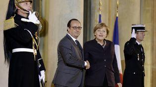 François Hollande et Angela Merkel sur le parvis de l'Elysée, à Paris, le 25 novembre 2015. (PHILIPPE WOJAZER / REUTERS)