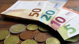 Alors que le paiement sans contact est en plein essor depuis quelques mois, 83% des Français avouent avoir un attachement pour l'argent liquide. (CAPTURE ECRAN FRANCE 2)