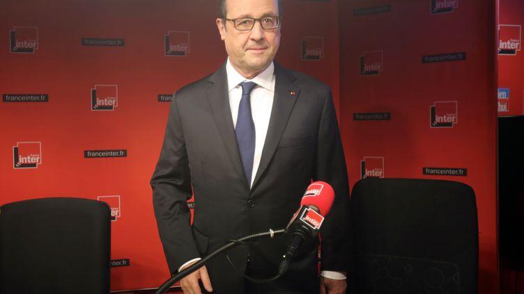 Le président de la République, François Hollande, arrive dans le studio de France Inter, le 5 janvier 2015. (REMY DE LA MAUVINIERE / AFP)