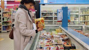 Une inspectrice de la Direction départementale de la protection des population vérifie le retrait des produits contenant de la viande de cheval, dans un supermarché d'Hérouville-Saint-Clair (Calvados), le 26 février 2013. (CHARLY TRIBALLEAU / AFP)