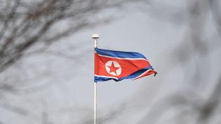 Le drapeau nord-coréen à l'ambassade de Pékin (Chine), le 9 ars 2018. (GREG BAKER / AFP)