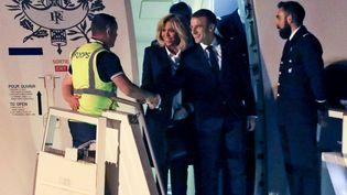 Emmanuel Macron et son épouse, Brigitte, à leur arrivée à l'aéroport Ezeiza, à Buenos Aires (Argentine), le 28 novembre 2018. (LUDOVIC MARIN / AFP)