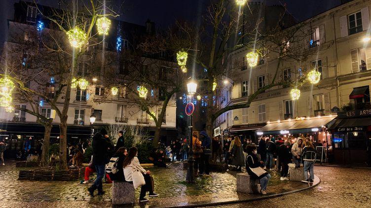 La place de la Contrescarpe, dans le 5e arrondissement de Paris, où des bars servent à l'extérieur. (MATHILDE VINCENEUX / RADIOFRANCE)