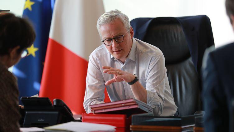 Le ministre de l'Economie Bruno Le Maire lors d'une réunion de travail à Bercy, le 9 avril 2020. (LUDOVIC MARIN / AFP)