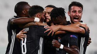 Memphis Depay entouré par ses coéquipiers, le 7 août 2020 à Turin. (MIGUEL MEDINA / AFP)