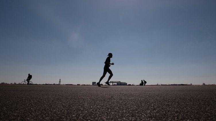 Avec le dérèglement climatique, les fortes chaleurs pourraient faire baisser la pratique sportive. (PAUL ZINKEN / DPA via AFP)