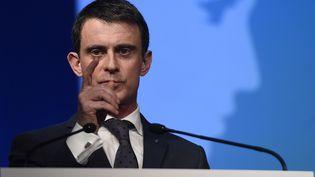 Le Premier ministre, Manuel Valls, le 13 avril 2016 à Vaulx-en-Velin en banlieue de Lyon (Rhône). (PHILIPPE DESMAZES / AFP)