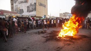 Des manifestants à Khartoum, la capitale du Soudan, contre le coup d'Etat militaire, le 26 octobre 2021. (MAHMOUD HJAJ / ANADOLU AGENCY / AFP)