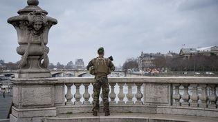 Un soldat de l'opération Sentinelle, le 4 janvier 2021, à Paris. (JACOPO LANDI / HANS LUCAS / AFP)