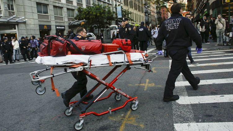 L'intervention des secours à New York (Etats-unis), où le chauffeur d'une camionnette vient de faucher des cyclistes et des passants mardi à Manhattan, faisant huit morts, le 31 octobre 2017. (KENA BETANCUR / GETTY IMAGES NORTH AMERICA)
