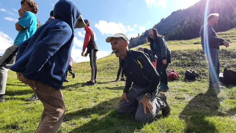 Accompagnateur en montagne et professeur de yoga, Thierry Bardagi inciteles participants de cette randonnée à rire sans se retenir. (VALENTIN DUNATE / RADIO FRANCE)