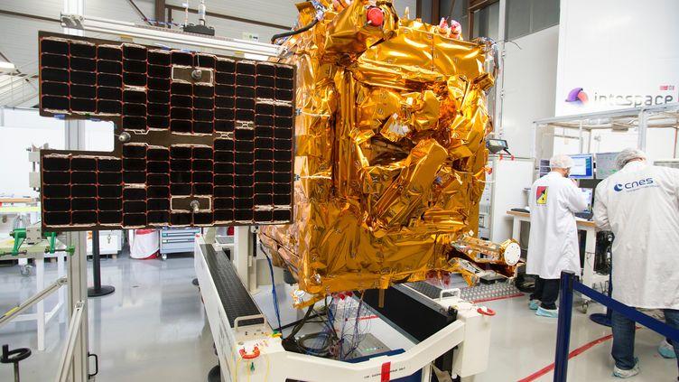 le satellite Microscope lors d'un test d'ouverture des panneaux solaires réalisé le 09/12/2015. (CNES/ GRIMAULT Emmanuel)