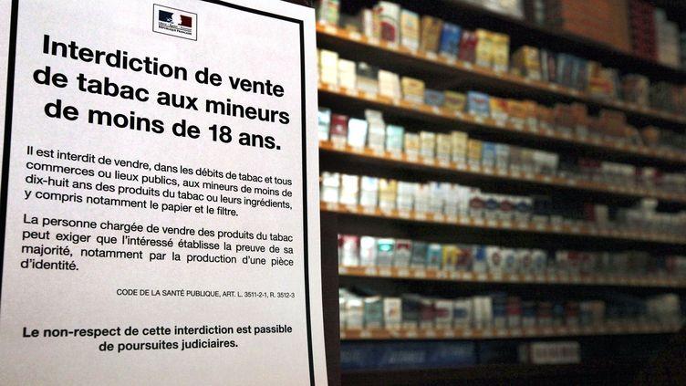 Une affichette rappelant l'interdiction de vente de tabac aux mineurs de moins de 18 ans dans un bureau de tabac à Paris, le 23 juillet 2010. (AURORE MARECHAL / AFP)
