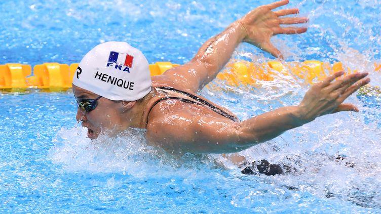 La Française Melanie Henique participe à une manche pour l'épreuve de natation papillon féminine de 50 m lors des Championnats d'Europe de natation LEN à la Duna Arena de Budapest, le 22 mai 2021. (ATTILA KISBENEDEK / AFP)