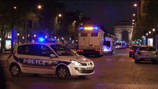 Des policiers ont été agressés sur les Champs-Elysées à Paris, le 20 avril 2017. (FRANCEINFO)