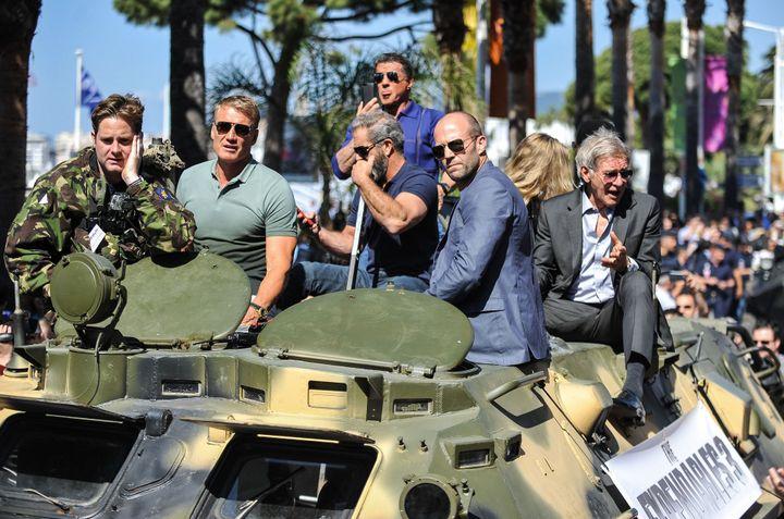 "Dolph Lundgren, Mel Gibson, Sylvester Stallone, Jason Statham et Harrison Ford paradent pour la promo de ""Expendables 3"".  (ZIHNIOGLU KAMIL/SIPA)"