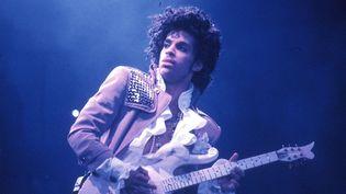 Prince sur scène en février 1985 à Inglewood (Californie).  (Michael Ochs Archives / Getty Images)
