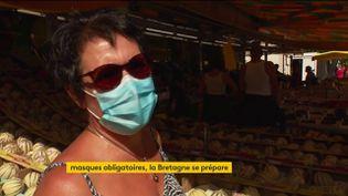 Une femme masquée fait son marché en Bretagne (FRANCEINFO)