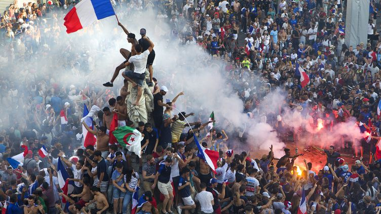 La foule de Montpellierains fête la France championne du monde au Mondial 2018 sur la place de la Comedie à Montpellier (Hérault), le 15 juillet 2018. Photo d'illustration. (GUILLAUME BONNEFONT / MAXPPP)