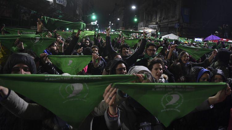 Des manifestants militent pour la légalisation de l'avortement en Argentine, le 9 août 2018, à Buenos Aires. (EITAN ABRAMOVICH / AFP)