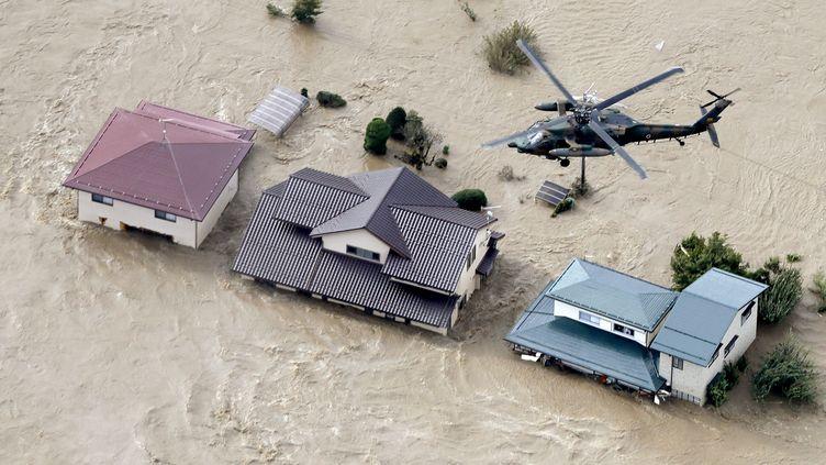 Des zones résidentielles inondées par la rivière Chikuma à la suite du typhon Hagibis à Nagano, au centre du Japon, le 13 octobre 2019. (KYODO KYODO /  REUTERS)