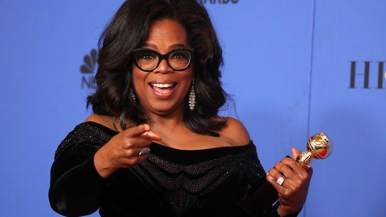 Oprah Winfrey en backstage avec son Cecil B. DeMille Award lors de la 75e cérémonie des Golden Globes, le 7 janvier 2018, à Beverly Hills en Californie (LUCY NICHOLSON / X90050)