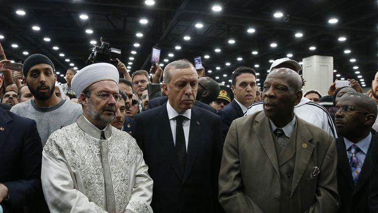 Recep Tayyip Erdogan (au centre) assiste à unecérémonie funéraire traditionnelle en hommagé àMohamed Ali, à Louisville (Kentucky, Etats-Unis), jeudi 9 juin 2016. (LUCAS JACKSON / REUTERS)