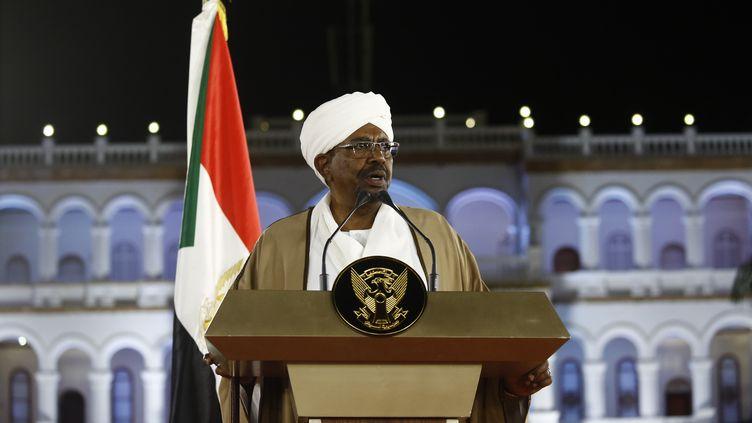 Le président du Soudan Omar El-Béchir, lors d'un discours à la nation, le 22 février 2019, depuis Khartoum. (ASHRAF SHAZLY / AFP)
