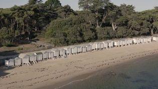 Sur la plage des Dames à Noirmoutier (Vendée), les petites cabanes blanches dégagent une atmosphère surannée. (CAPTURE D'ÉCRAN FRANCE 3)