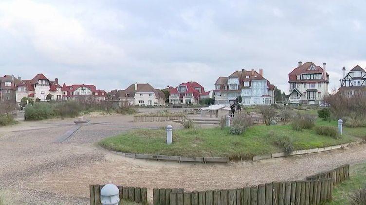 Le Brexit, qui entrera en vigueur jeudi 1er janvier, prend une signification très particulière à Hardelot (Pas-de-Calais), une ville pratiquement totalement britannique sur la côte française. (FRANCE 3)