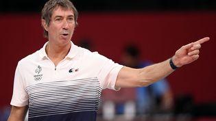 Laurent Tillie, l'entraineur de l'équipe de France de volley, lors de la rencontre France-Brésil aux JO de Tokyo. (CROSNIER JULIEN / AFP)