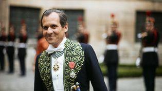 Jean d'Ormesson portant l'habit d'académicien dans la cour de l'Institut de France, lors de sa réception à l'Académie le 6 juin 1974. (MASQUELIER / INA)