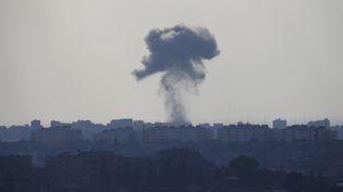 De la fumée s'échappe après une explosion dans le nord de la bande de Gaza, le 19 juillet 2014. (BAZ RATNER / REUTERS)