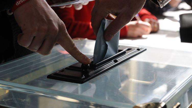 Dans un bureau de vote à Nantes (Loire-Atlantique) le 23 mars 2014. (SALOM-GOMIS SEBASTIEN / SIPA)