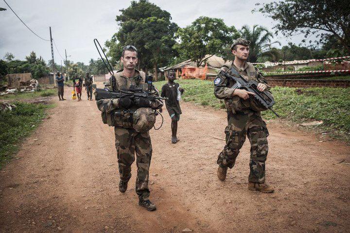 Militaires français de l'opération Sangaris en patrouille le 24 juillet 2014 près de Boda, ville du sud de la Centrafrique. (ANDONI LUBAKI / AFP)