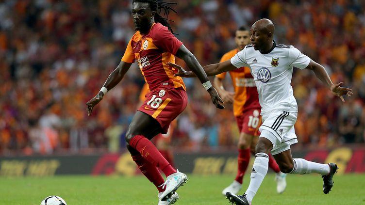 Bafétimbi Gomis sous le maillot de Galatasaray (à gauche). (BERK OZKAN / ANADOLU AGENCY)