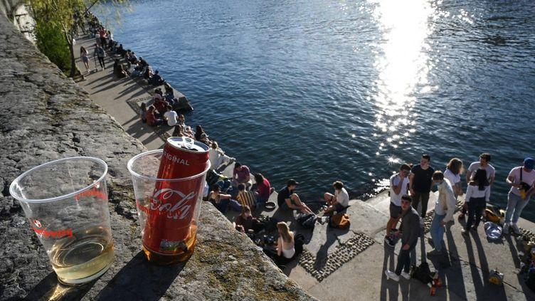 Despassants rassemblés sur les quais de Saône, le 31 mars 2021 à Lyon (Rhône). (PHILIPPE DESMAZES / AFP)