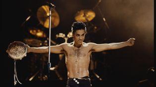Prince sur scène en 1986. (NICK ELGAR / CORBIS HISTORICAL/GETTY IMAGES)