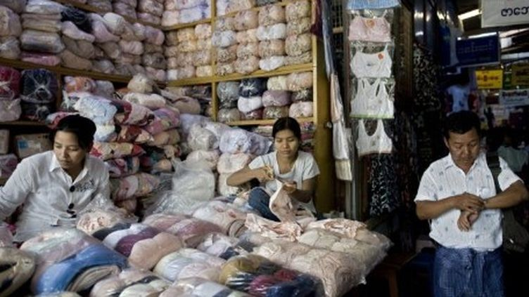 Le marché chinois de Mandalay, en Birmanie, le 28 septembre 2009. Les Chinois, qui contribuent à faire tourner l'économie birmane, ont dynamisé le sud de la ville. (AFP PHOTO / NICOLAS ASFOURI)
