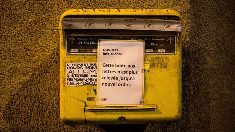 Une boîte aux lettres de La Poste, photographiée le 18 mars 2020 à Paris. (AMAURY CORNU / HANS LUCAS / AFP)