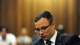 L'athlète sud-africain Oscar Pistorius lors de son procès à Pretoria (Afrique du Sud), le 17 octobre 2014. (WERNER BEUKES / AFP)