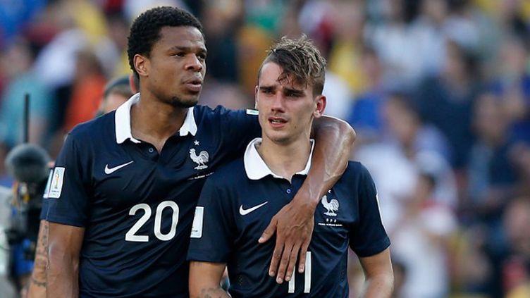 Antoine Griezmann inconsolable dans les bras de Loïc Rémy après l'élimination. (ADRIAN DENNIS / AFP)