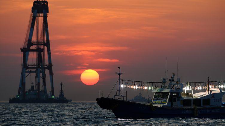 """Les garde-côtes tentent de retrouver les corps des victimes du naufrage du """"Sewol"""" au large des côtes sud-coréennes. (NICOLAS ASFOURI / AFP)"""