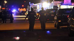 Des policiers bloquent l'accès au lycéeMarjory Stoneman Douglas de Parkland (Floride, Etats-Unis), où un ancien élève a abattu 17 personnes, le 14 février 2018. (GASTON DE CARDENAS / AFP)
