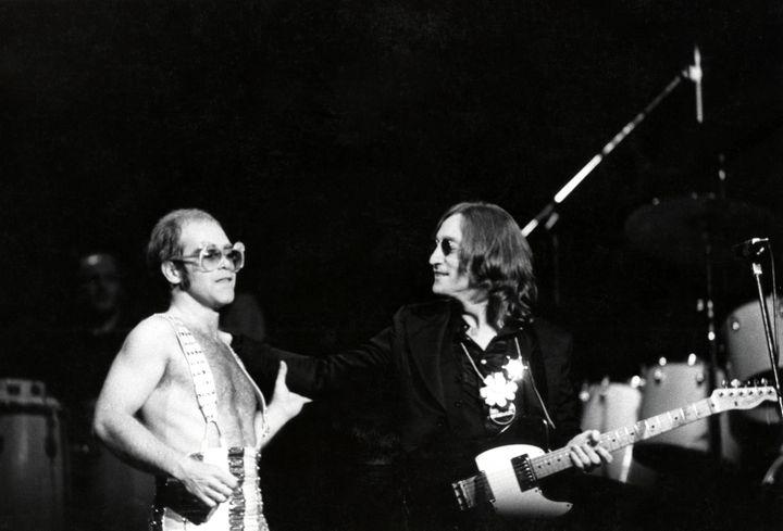 Elton John et son ami John Lennon sur scène au Madison Square Garden de New York le 28 novembre 1974. (STEVE MORLEY / REDFERNS / GETTY IMAGES)