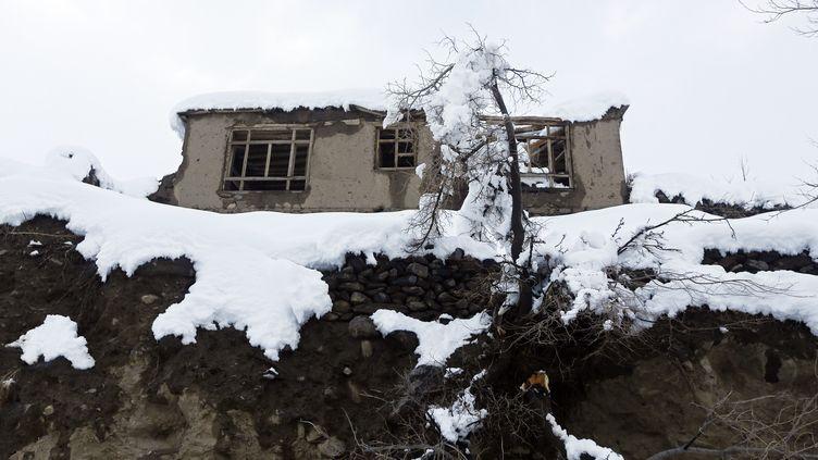 Une maison endommagée par une avalanche dans la province du Panchir (Afghanistan), le 25 février 2015. (OMAR SOBHANI / REUTERS)