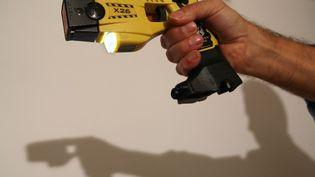 Une démonstration de Taser. Image d'illustration. (THOMAS COEX / AFP)